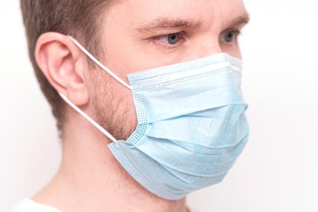 Человек с медицинской маской на лице, крупным планом портрет доктора в маске