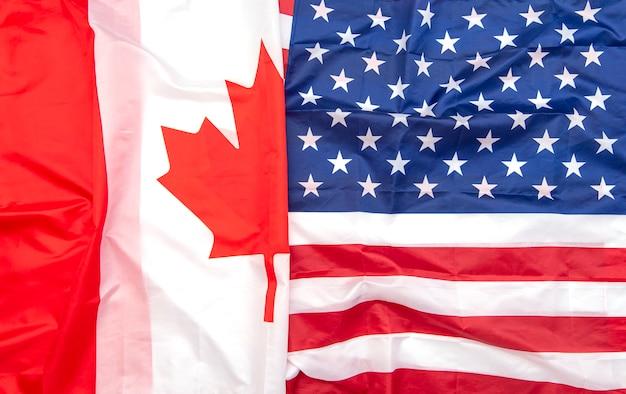 Флаги из натуральной ткани канады и сша в качестве фона, канадские и американские флаги, вид сверху