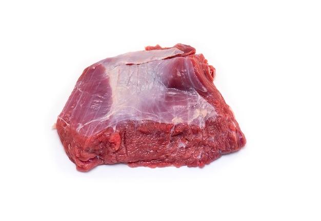 白で隔離されるスープの生肉牛肉の本物の部分
