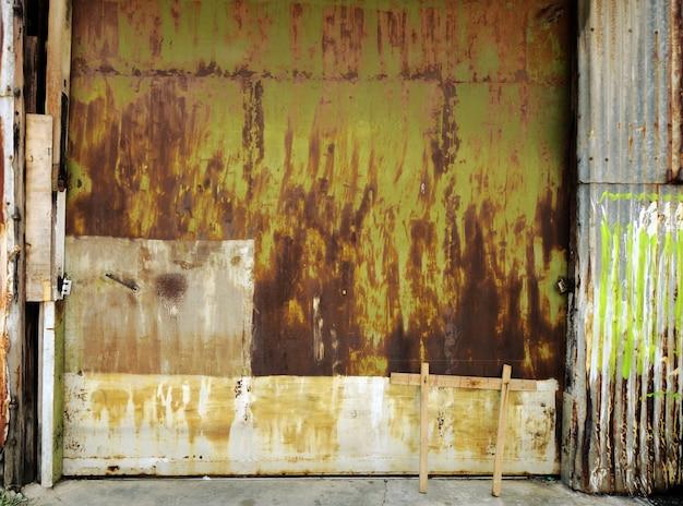 古い産業ガレージのドアの背景