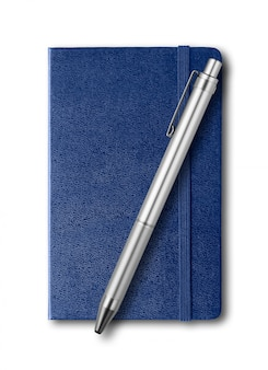 Морской синий закрытый блокнот и ручка изолированы