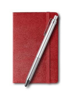 Темно-красная закрытая тетрадь и ручка изолированы