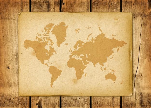 木製の壁にヴィンテージの世界地図羊皮紙