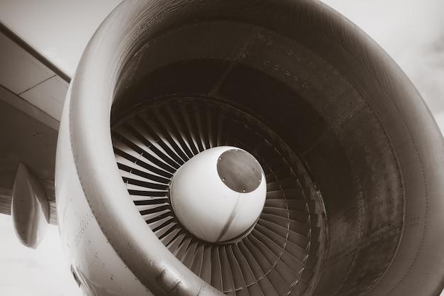 飛行機エンジンの詳細。白黒写真