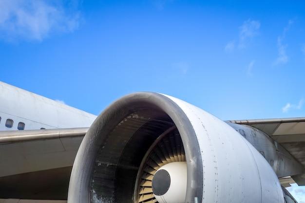 飛行機のエンジンと翼