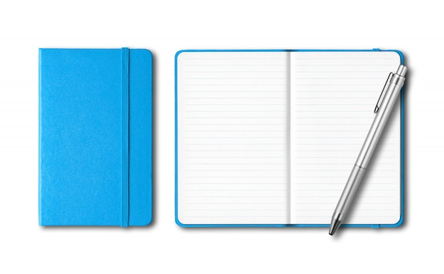 シアンブルーの白い表面に分離されたペンでノートブックを閉じたり開いたり
