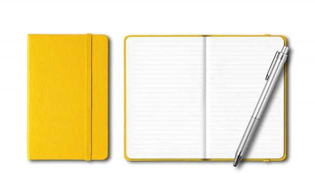 白で隔離されるペンで黄色の閉じた状態と開いたノートブック