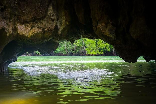 石灰岩の崖、パンガー湾、タイの洞窟