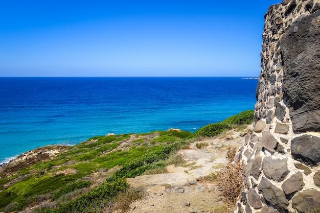 Археологические раскопки таррос и морской пейзаж, сардиния