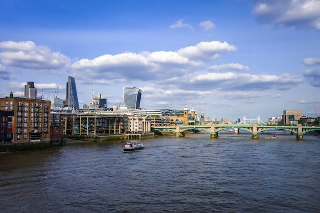 Лондон вид с реки темзы, великобритания