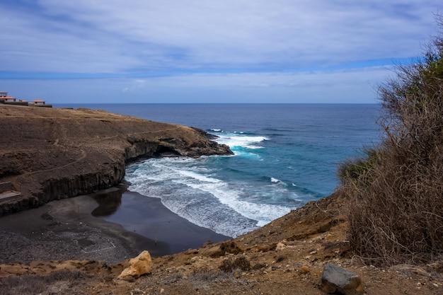 Скалы и вид на океан на острове санто-антао, кабо-верде