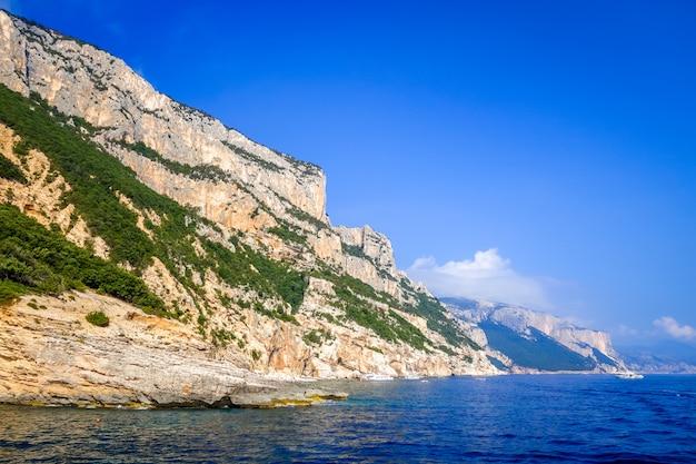 サルデーニャ島のオロゼーイ崖
