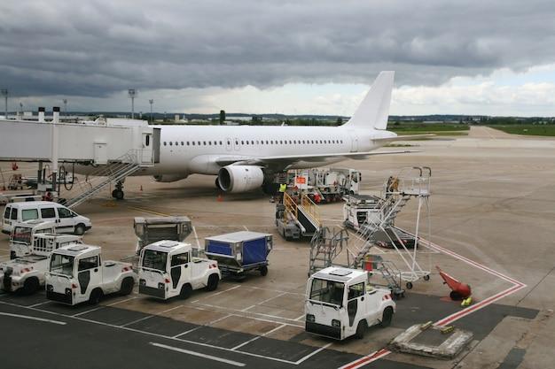 空港に駐車した飛行機