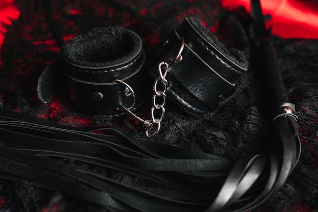 Кожаные наручники и плеть для ролевых секс-игр бдсм