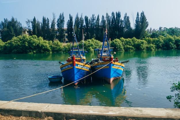 川のボート