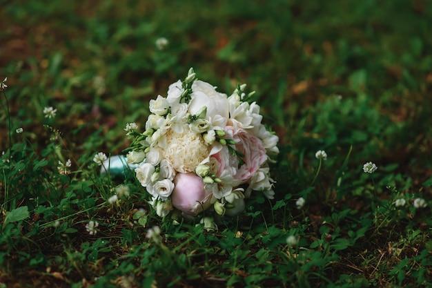 白とピンクの牡丹とバラのエレガントなウェディングブーケ