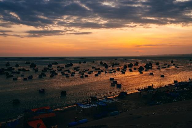 日没の海の景観