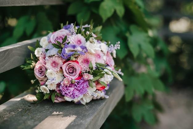 バラとピンクの菊のウェディングブーケ