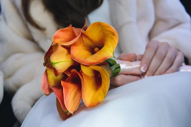 花嫁の手の中の結婚式の花の花束