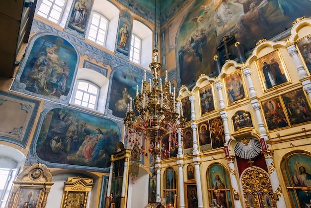 ロシアのヴォズドヴィジェニー村の聖十字架の高揚の古代教会で塗られたインテリア