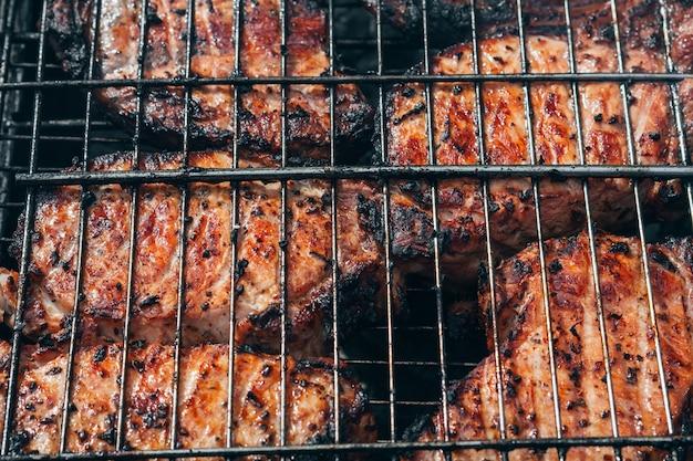 バーベキューグリルで焼いた豚肉