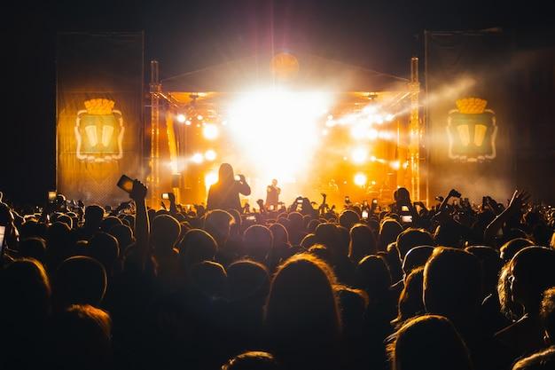 人気のロシアのラップ歌手バスタのライブコンサート