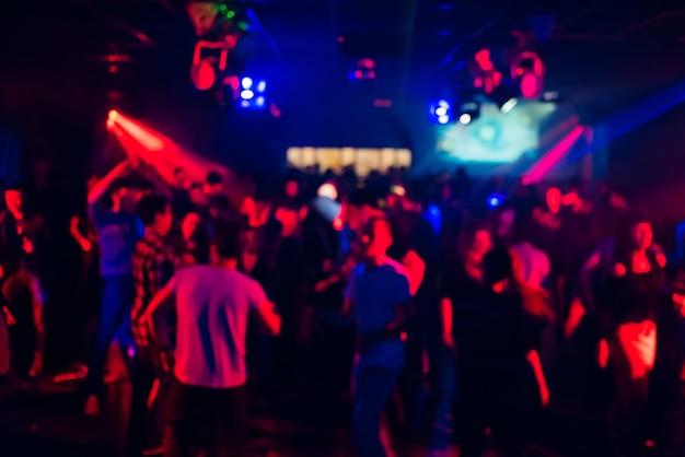 ナイトクラブで踊る人々のぼやけたシルエット