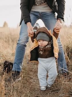 秋の自然の中の少年の最初のステップ
