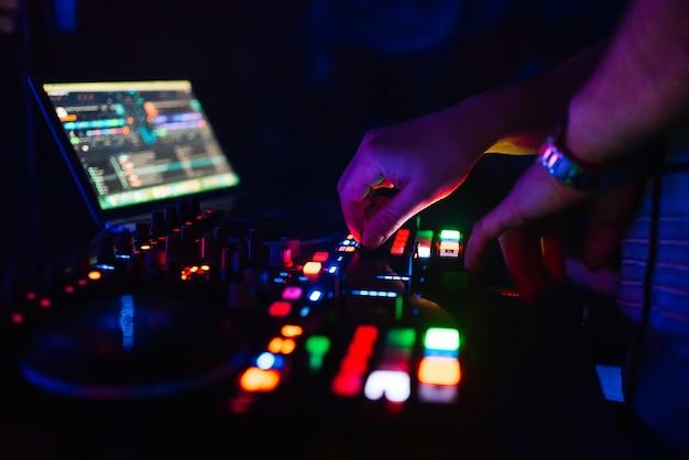 Руки профессионального диджея, играющего и смешивающего музыку для девичника