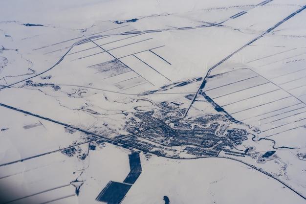 ロシアのシベリアの冬の雪の中で都市の空中写真