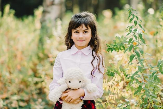 秋の公園で若い女の子
