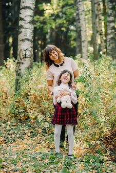 公園で母と娘の秋