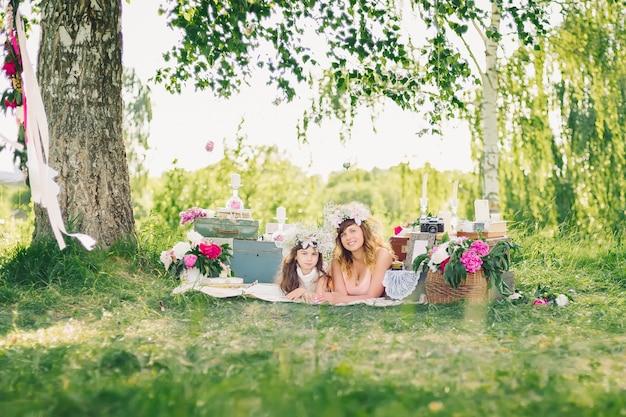 夏の屋外で母と娘