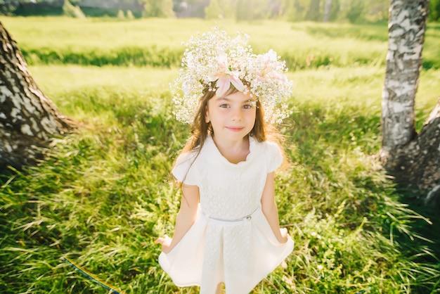 夏の屋外で少女の肖像画