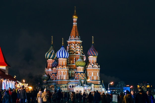 赤の広場、モスクワ、ロシアの聖バジル大聖堂。冬の夜