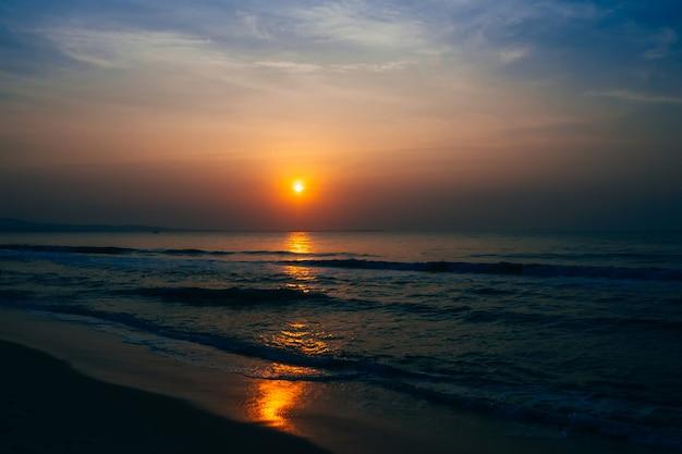 夏の海で青空を背景に日の出