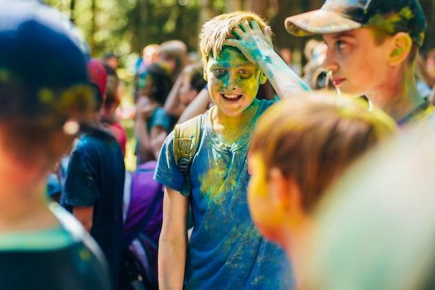 色のホーリー祭。幸せな子供たち