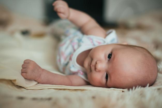 横になっている小さな新生児白人白い男の子