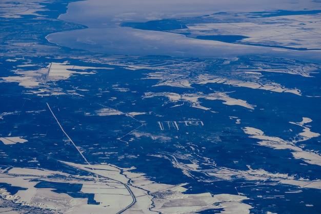 シベリアのロシアの氷の川と雪のフィールド