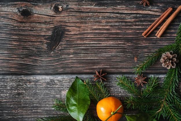 マンダリン、モミの枝、シナモン、スターアニスとクリスマスの背景。