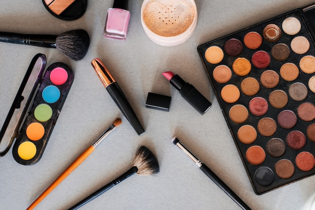 プロの化粧品、メイクアップ、女性の肌のケアのためのツールのセット。美容製品。