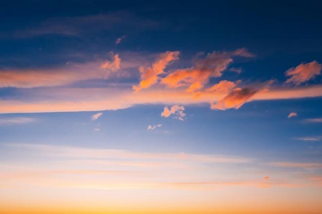 夕焼けや日の出の青い空にオレンジ色の雲