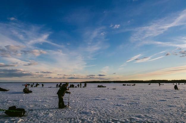 冬の氷の上で釣りの漁師