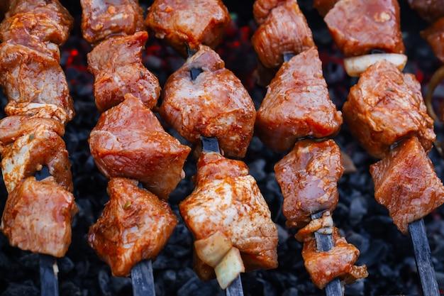 豚肉のバーベキューはグリルの串焼きで用意されています