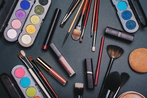 メイクアップとスキンケアのためのプロの化粧品セット