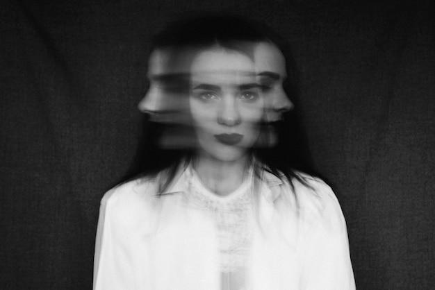 Сумасшедший портрет девушки с психическими расстройствами и раздвоением личности