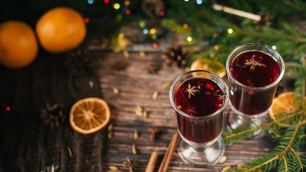 Глинтвейн в бокалах на столе с рождественским декором