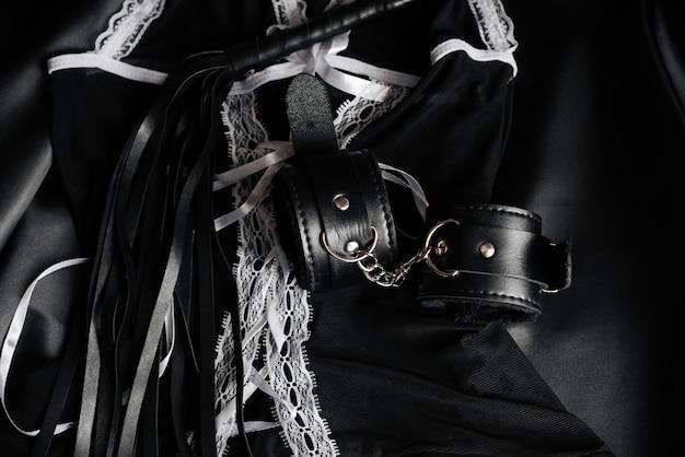 緊縛のための革手錠と鞭
