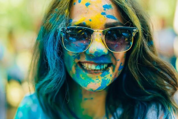 Фестиваль красок холи. портрет молодой счастливой девушки