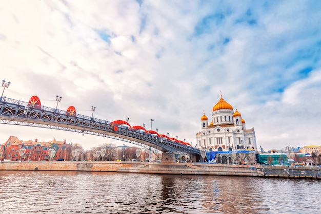 曇り空の下で冬の日にモスクワロシアの救世主キリスト正教会